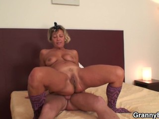 Mature cleaning woman riding his horny cock